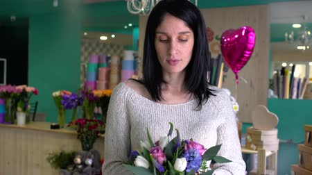 decorador : Beautiful girl florist with flowers in flowers shop Stock Footage