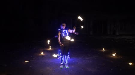 Beautiful fire show in the performance of two guys Wideo