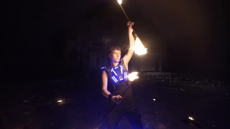 çevik : Fire show. Man juggling fire. Stok Video
