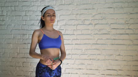 misure : Close-up view of fit sportswoman measuring sizes her body with tape after workout. Concept of lose weight Filmati Stock