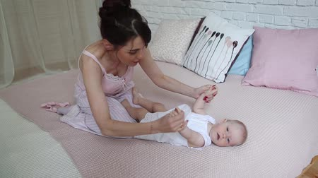 pelenka : Young Happy Mother Holding her Newborn Child. Family at home. Beautiful smiling Mom and Happy Baby Together.