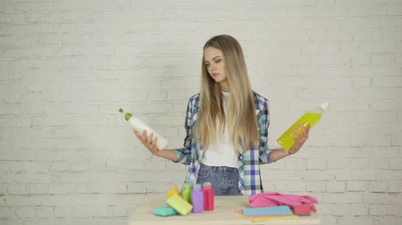 пони : Beautiful young girl cleaning up her house