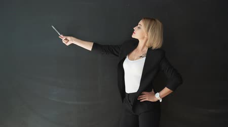 lousa : The teacher hand gesture, showing a blank Board Vídeos