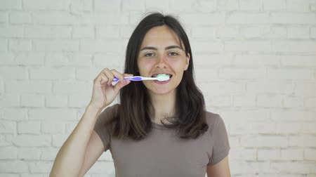 kartáč : girl teeth cleaning with braces.