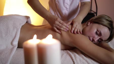 terapeuta : Beautiful young woman getting back massage in spa. Wideo