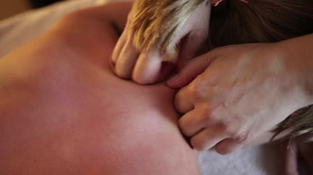 massagista : The concept of massage. Beautiful young woman receiving health, therapeutic massage Vídeos