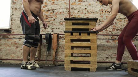 saltando : Muscular man doing box squat exercise in CrossFit gym. Stock Footage