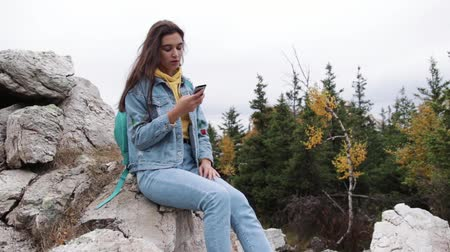 discurso : Young Girl Conversation Videochat Mobile Phone Friend Connection Mountains.
