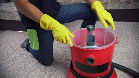 preparation of the equipment for cleaning, pour the washing liquid into the washing vacuum cleaner. Стоковые видеозаписи