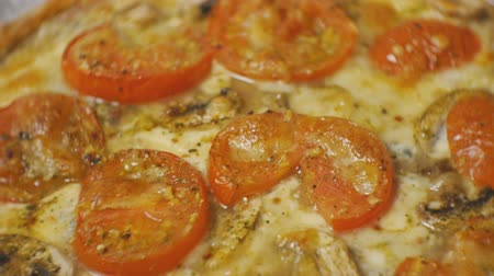 готовые к употреблению : Close-up of baked pizza with tomatoes, cheese and champignons