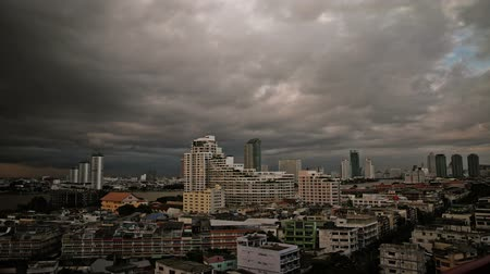 panorâmico : Time lapse cityscape view over Bangkok with heavy clouds at sunset Stock Footage