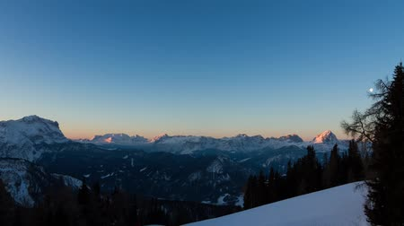 szépség a természetben : Beautiful time lapse of the mountains at sunrise in the early morning in the Italian Dolomites with the moon setting