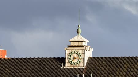 minuto : Beautiful full HD time lapse zooming in on a clock on a building at sunset in Amsterdam, the Netherlands