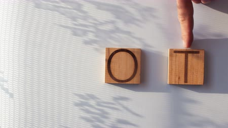 mıknatıs : The word HOT is laid out in wooden letters Stok Video