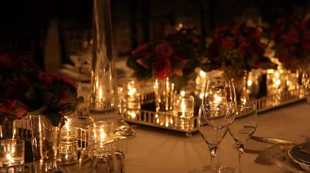 ресторан : Elegant candlelight  dinner table setting at reception