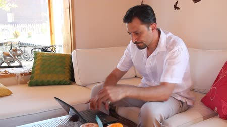 düşünceli : sad man using a laptop,  in the living room Stok Video