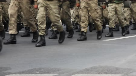 desfile : Army soldier walking, shoot Canon 5D Mark II Stock Footage