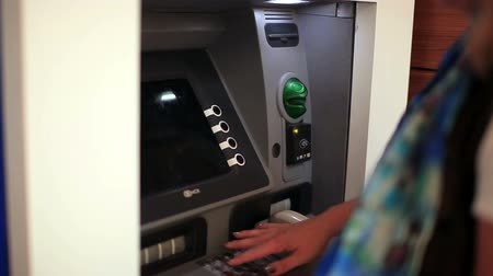 gotówka : people use atm machine, steady cam shoot Wideo