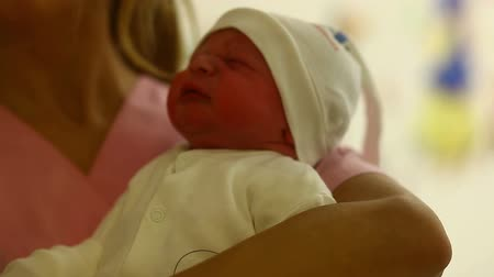 maternidade : newborn in hospital room
