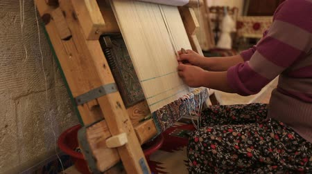 концентрация : Woman weaving a carpet