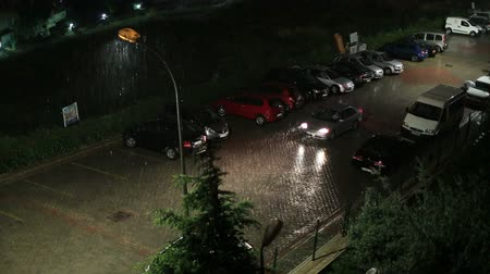 rua : heavy rain on a side street traffic