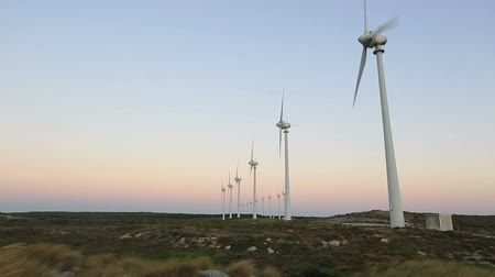 türbin : wind turbines generating clean power at sunset Stok Video