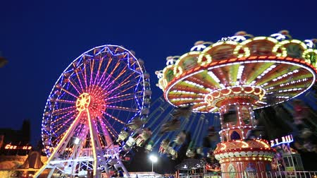 karnaval : Swing and Ferris Wheel at amusement park time lapse