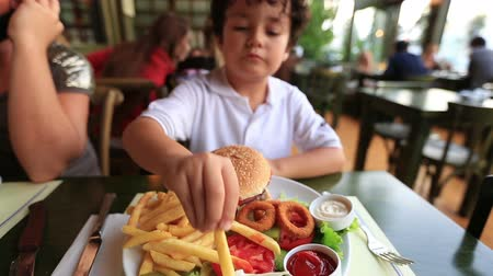 нездоровое питание : children eating delicious hamburger Стоковые видеозаписи