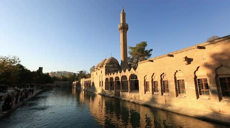 минарет : holy travel destination fish lake and Halil-ur Rahman Mosque, wide angle pan shoot