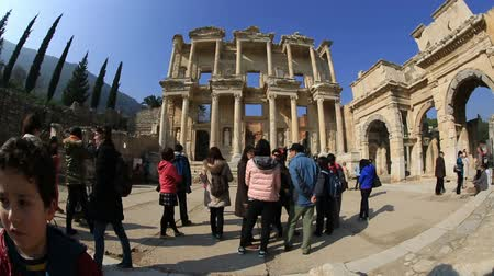 греческий : tourist visiting ruins Celsius Library in the ancient city of Ephesus in Turkey, time lapse wide angle