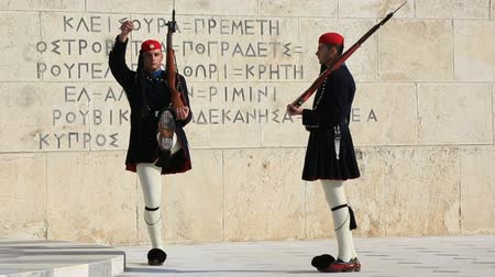 görögország : Evzones in ceremonial dress in Athens, Greece Stock mozgókép