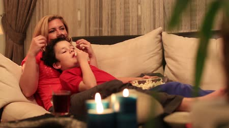 atividades : dolly shot mother and son eating popcorn and watching movie