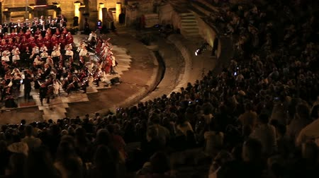 teljesít : audience listening and watching symphony orhestra in historic amphitheater