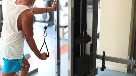 umbigo : attractive young man exercising in the gym