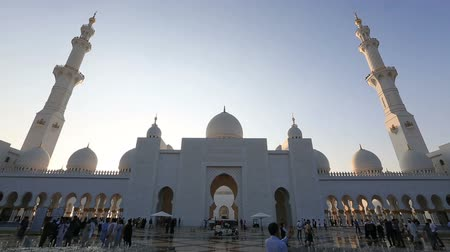 минарет : time lapse tourist and muslim people visiting Sheikh Zayed Grand Mosque in Unated Arab Emirates Abu Dhabi Стоковые видеозаписи