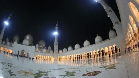 минарет : Sheikh Zayed Grand Mosque in Unated Arab Emirates Abu Dhabi at night pan shot Стоковые видеозаписи