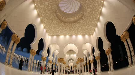 минарет : tourist and muslim people in Sheikh Zayed Grand Mosque at Unated Arab Emirates Abu Dhabi Стоковые видеозаписи