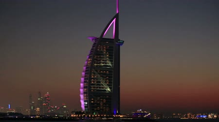 эмираты : seven star hotel Burj Al Arab on Jumeirah Beach in Dubai at night