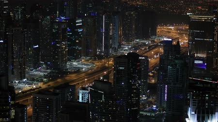 Объединенные Арабские Эмираты : time lapse aerial view Sheikh Zayed Road Dubai in United Arab Emirates UAE at night