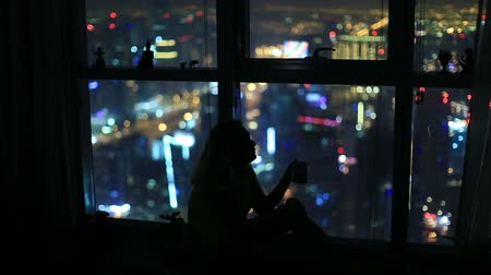 ночная жизнь : women drinking and watch aerial night city at luxury home