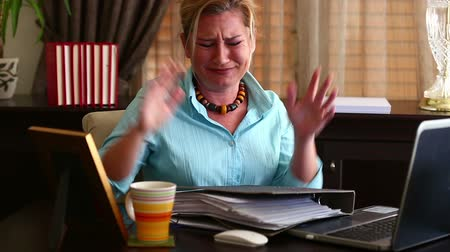 papelada : Unhappy Middle Age Blonde Business Woman in Office Stock Footage