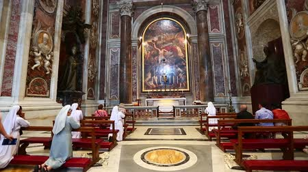 vatikan : People Praying in St. Peters Basilica at Vatican Stok Video