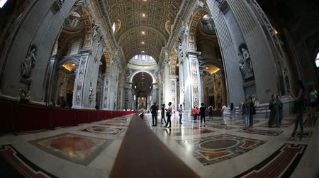 watykan : Tourist Visiting St. Peters Basilica at Vatican Wideo