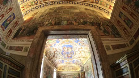 watykan : Interior Tilt Shot Tourist Visiting of Vatican Museum Wideo