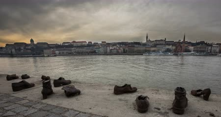 Shoes on the Danube. Time lapse Wideo
