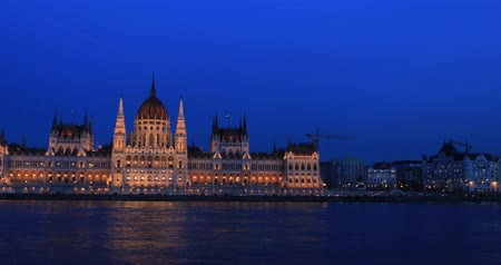 Old Hungarian Parliament building at night. Wideo