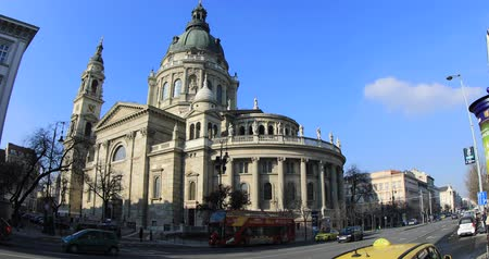 reneszánsz : BUDAPEST, HUNGARY - JANUARY 14, 2019: Stefan basilica and city transportation