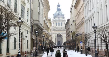 епископ : BUDAPEST, HUNGARY - JANUARY 15, 2019: Winter view of St. Petersburg. St. Stephens Basilica (Cathedral)