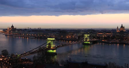 budapeszt : Bridge on the Danube in Budapest by night