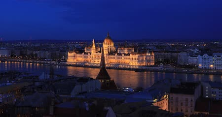 маргарита : BUDAPEST, HUNGARY - JANUARY 17, 2019: Aerial view of Parliament buildings, Danube river in old city Budapest Стоковые видеозаписи